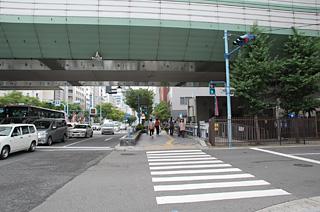 アクセス 阪神高速環状線の高架下を進みます。
