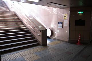 アクセス 赤坂見附駅B出口から地上へ