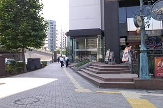 アクセス B出口から青山通りを渋谷方面へ。